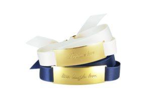 Zwei Armbänder oben weiß unten dunkelblau